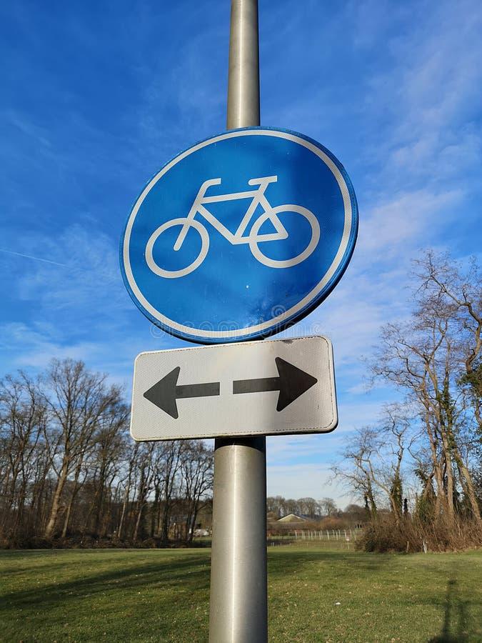 Ruchu drogowego znak wskazuje dwudrogową rowerową ścieżkę zdjęcia royalty free