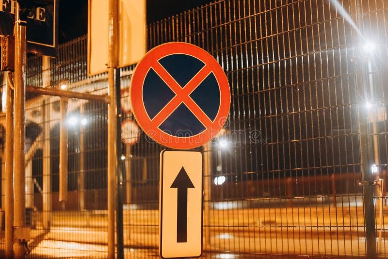 Ruchu drogowego znaka przerwa parkuje zabraniającą lekką noc fotografia royalty free