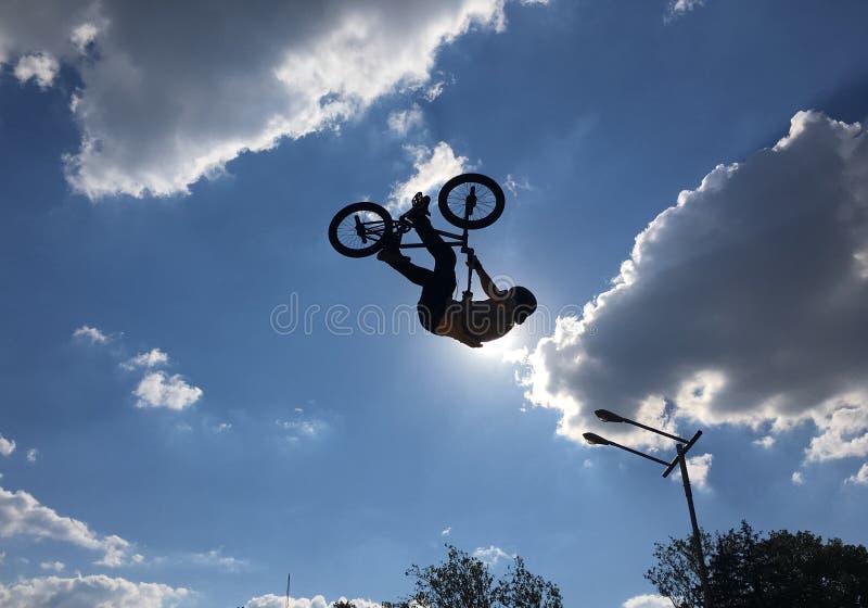 Ruchu rowerzysta skacze obrazy stock