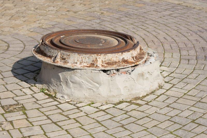 RUCHU well pokrywa na betonowym piedestale zdjęcia stock