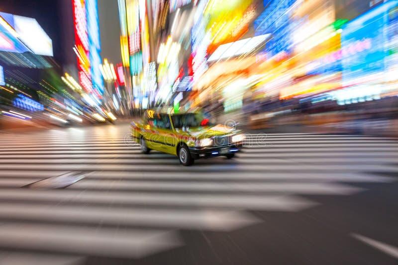 Ruchu Zamazany taxi na skrzyżowaniu, Shibuya, Tokio, Japonia zdjęcia stock