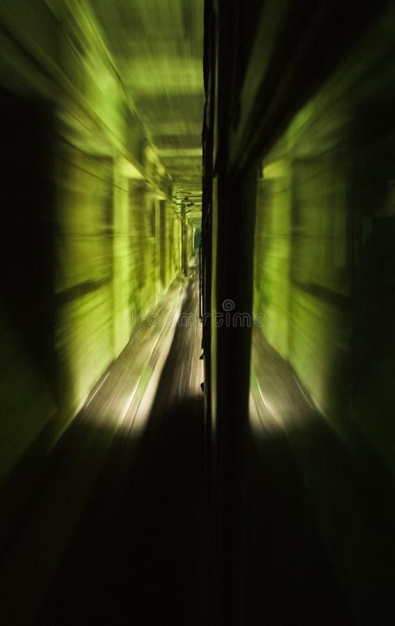 Ruchu zdobycz wśrodku tunelu jak widzieć z wewnątrz pociągu fotografia stock