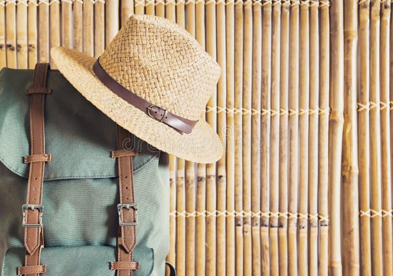 Rucksack e cappello su fondo di bambù Concetto di vacanze, viaggi e turismo immagini stock libere da diritti