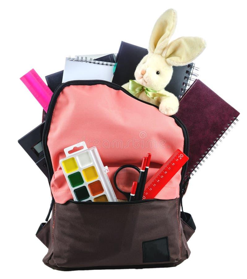 Rucksack mit dem Schulbedarf, lokalisiert auf Weiß stockfoto