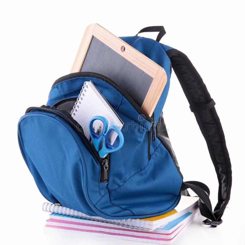 Rucksack mit Schulbedarf lizenzfreie stockfotos