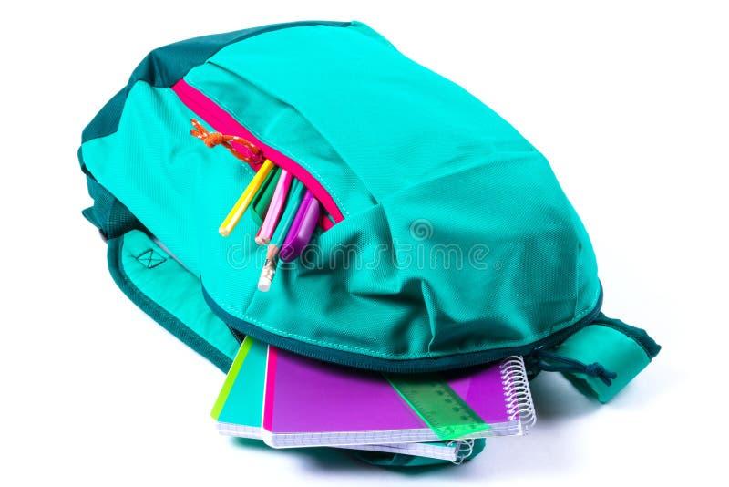 Rucksack mit Schulbriefpapier auf weißem Hintergrund lizenzfreies stockfoto