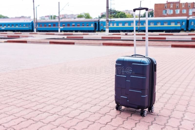 Rucksack und Koffer mit Rädern am Bahnhof Gepäck beim Warten auf den Zug Sun-Satz, Reisekonzept stockfotos