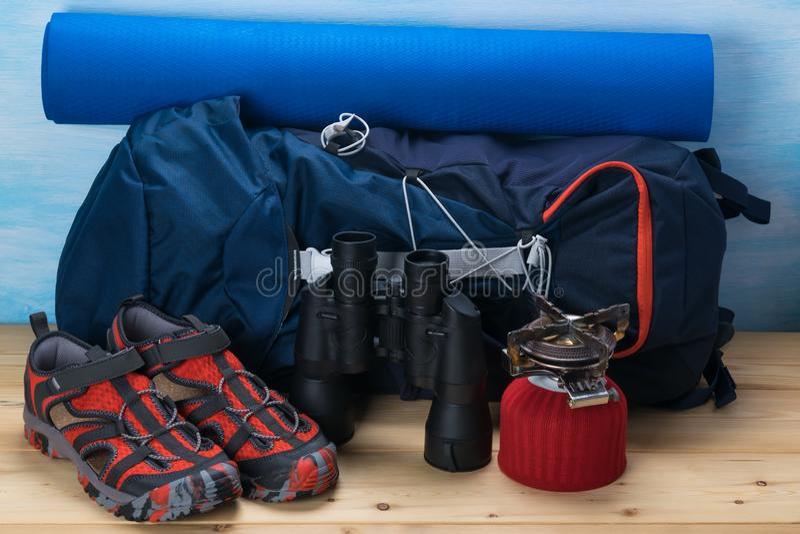 Rucksack und Sachen für das Klettern in den Bergen, Hintergrundnahaufnahme lizenzfreie stockbilder