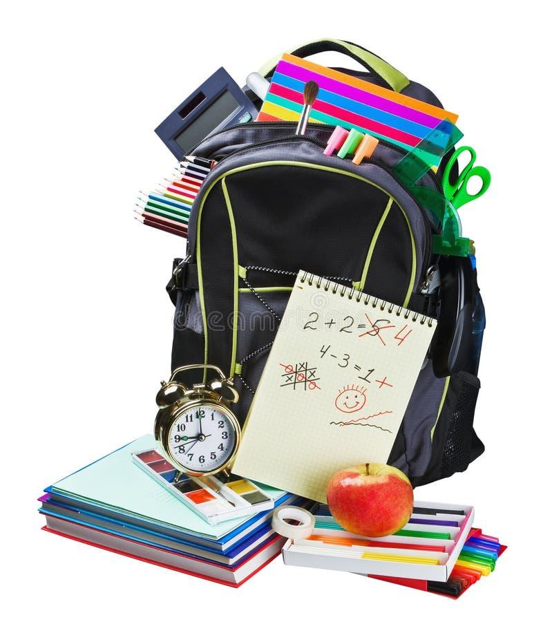 Rucksack voll Schulbedarf auf Weiß stockfotografie