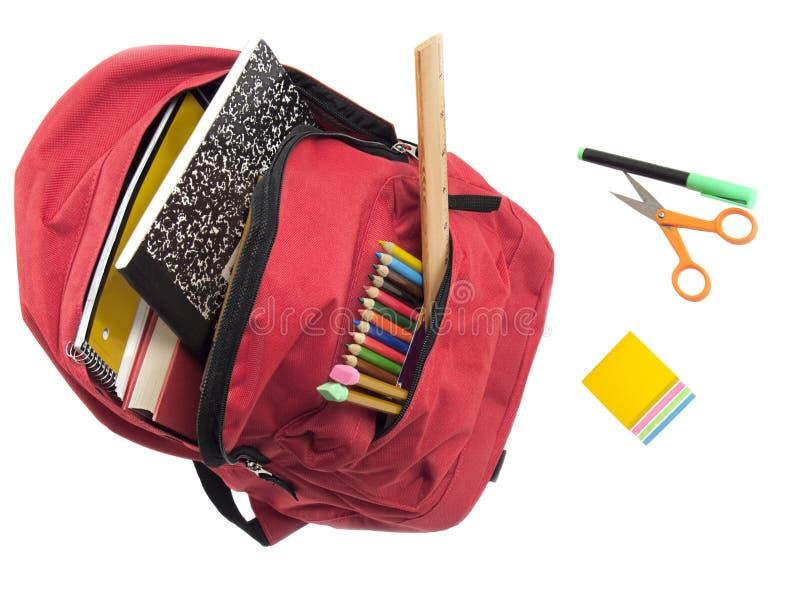 Rucksack voll Schulezubehör stockbild