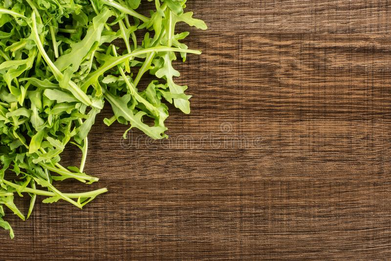 Rucola cruda fresca Rucola su legno marrone fotografia stock