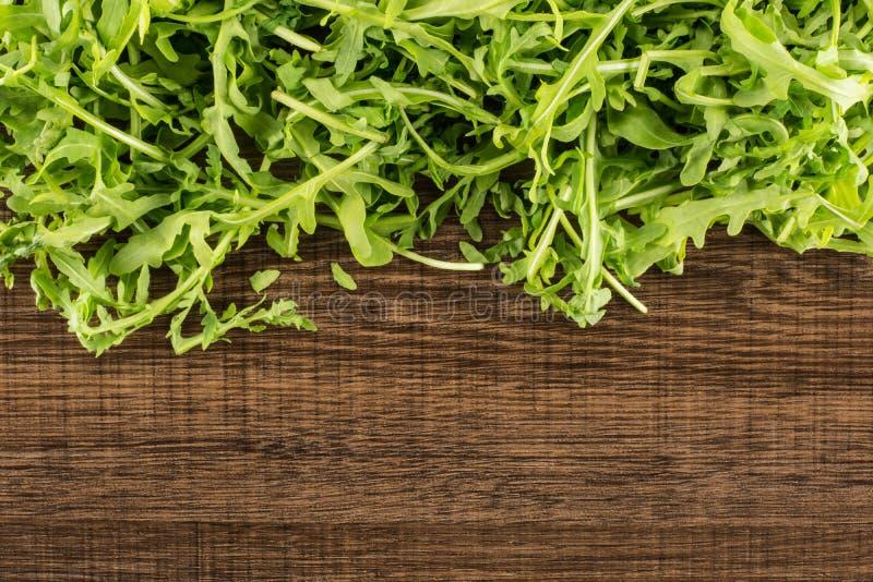 Rucola cruda fresca Rucola su legno marrone immagini stock libere da diritti