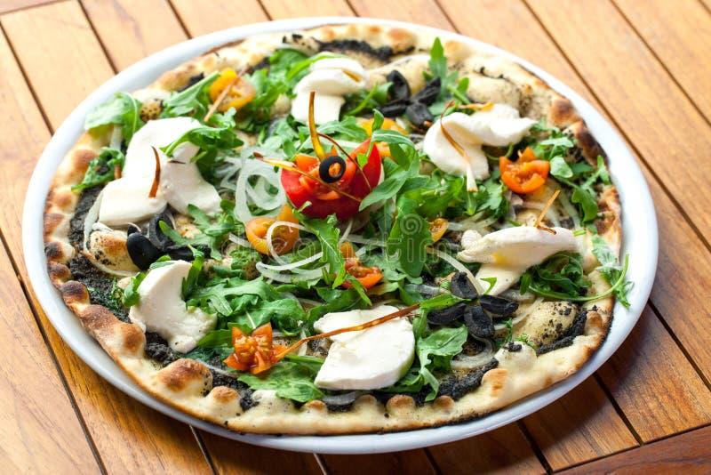 Rucola pizza med den nya mozzarellaen. royaltyfri bild