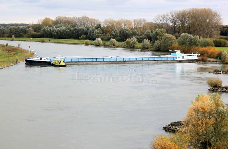 Rudderless fraktbåt i den holländska floden av IJssel arkivfoton