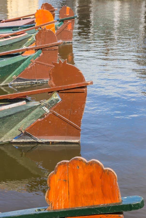Rudders tradycyjne drewniane łodzie w Giethoorn zdjęcie stock
