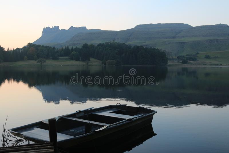 Ruderboot auf einem See stockbilder