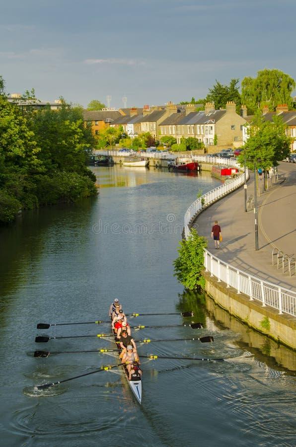 Rudern auf Fluss-Nocken lizenzfreies stockfoto