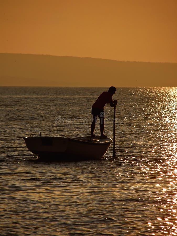 Rudern in Sonnenuntergang 2 stockfotos
