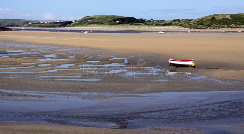 Rudersportboot auf Sandstrand stockfotografie