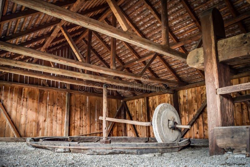 Rudimentair die type van tarwemolen in Roemeense dorpen wordt gebruikt stock fotografie