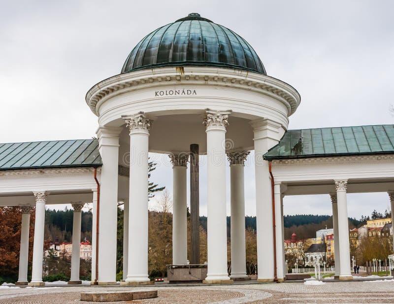 Rudolf pramen kolumnada w zimie Zdrój grodzki Marianske Lazne Mar zdjęcia stock