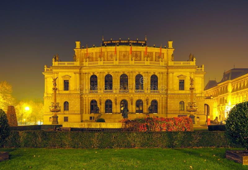 Rudolfinum - salle de musique à Prague image stock