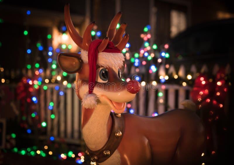 Rudolph raindeer met bokeh van Kerstmislichten stock afbeeldingen