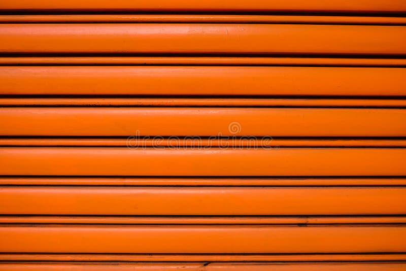 Rudopomarańczowy stalowy rolkowy drzwi zdjęcie stock