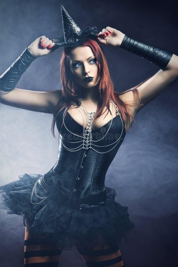 Rudzielec ładna młoda kobieta ubierał jako czarodziejka zdjęcie stock