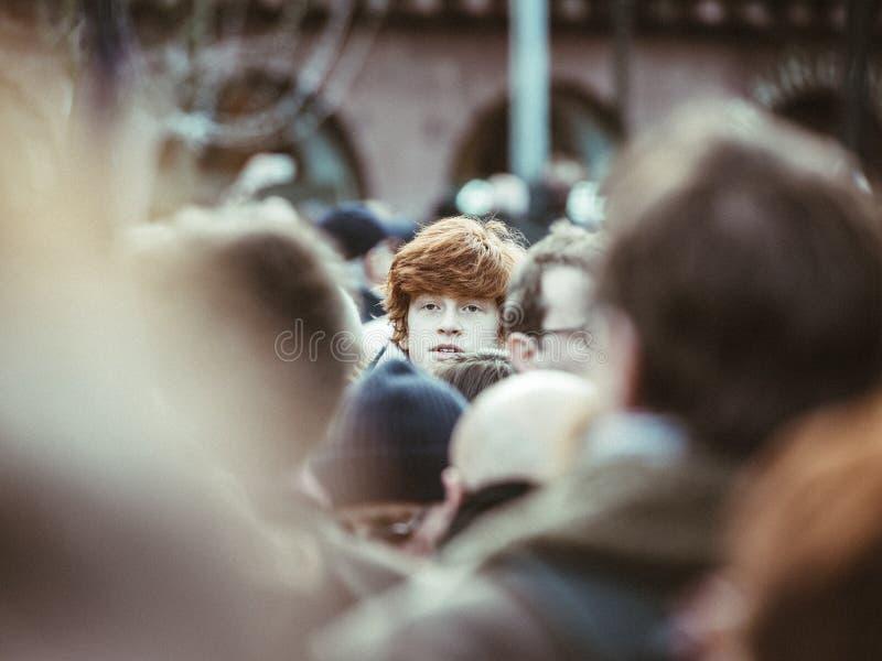 Rudzielec caucasian Francuski nastoletni chłopak w tłumu protestować obrazy stock