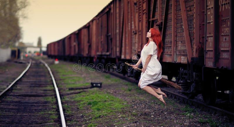 Rudzielec czarownicy latanie na miotle zdjęcia stock