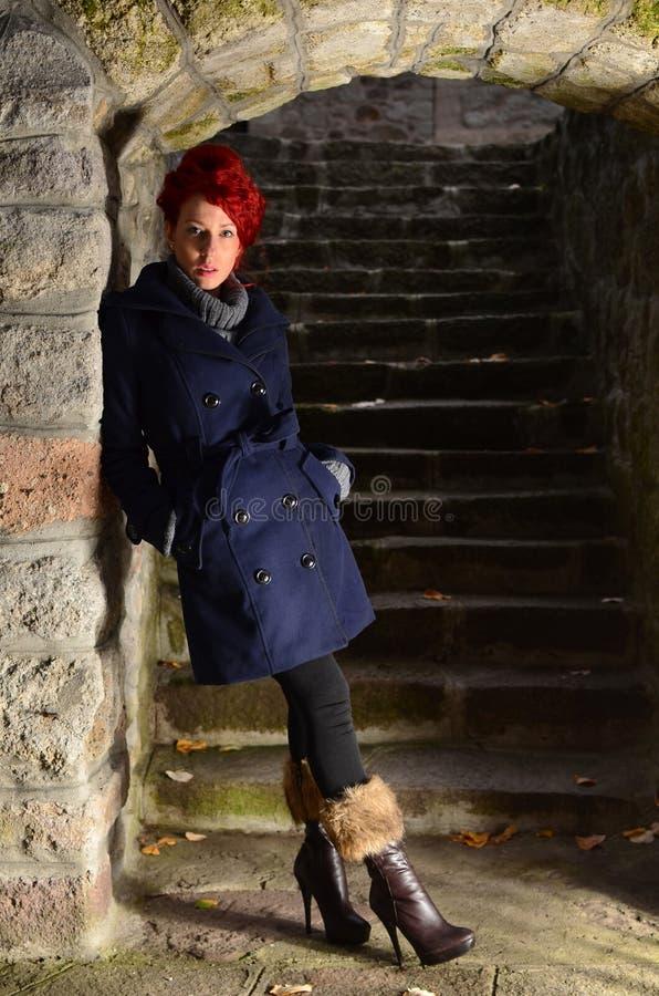Rudzielec dziewczyna na kamiennych schodach zdjęcia royalty free