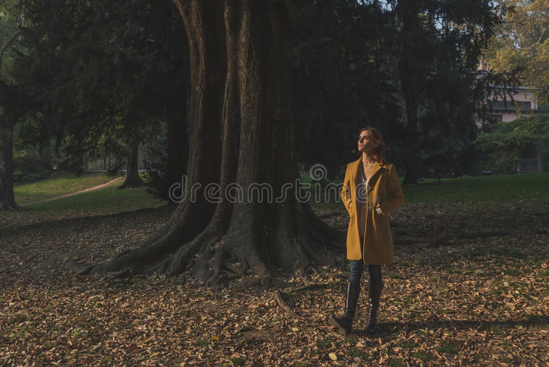 Rudzielec dziewczyna pozuje w miasto parku obrazy stock