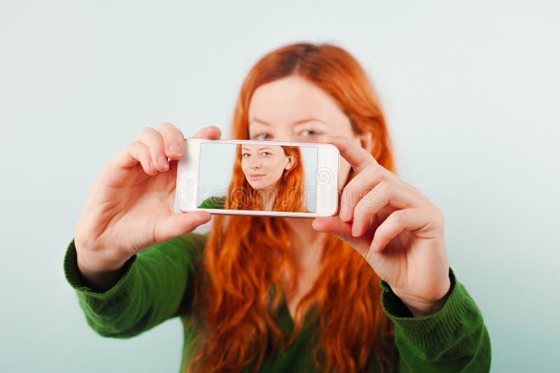 Rudzielec dziewczyna robi selfie używać telefon obrazy royalty free