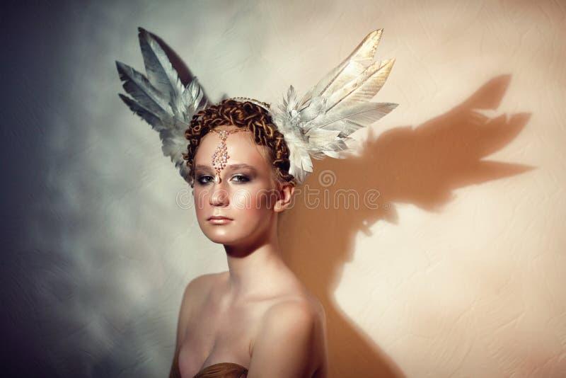 Rudzielec dziewczyna w piórkowym pióropuszu obrazy stock
