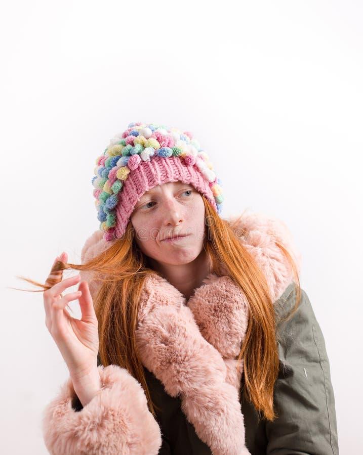 Rudzielec dziewczyna z zimy nakrętką i kurtką obrazy royalty free