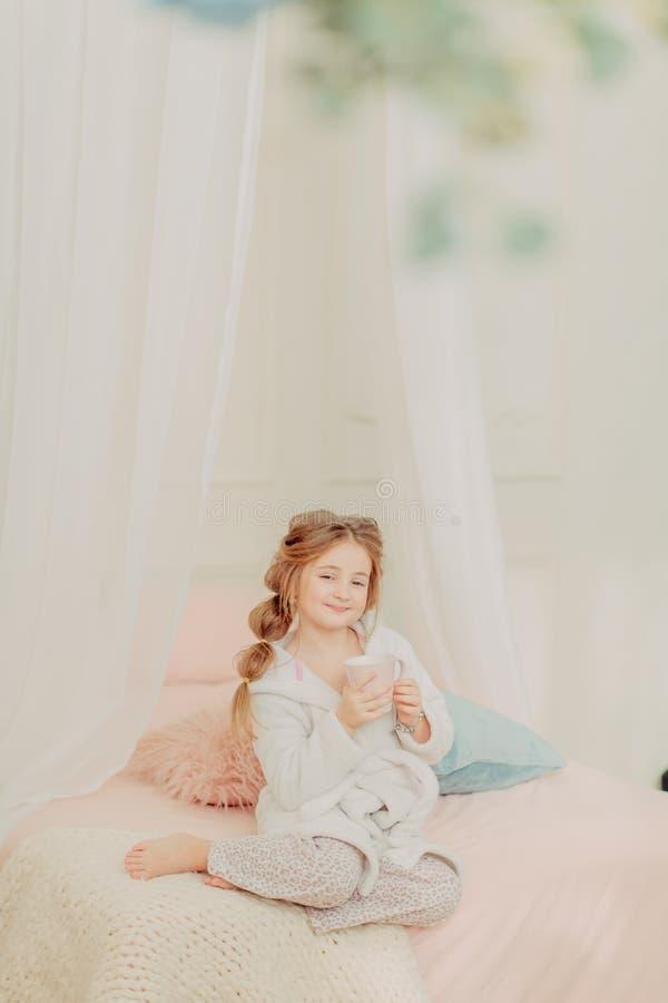 Rudzielec dziewczyny kędzierzawy bawić się zdjęcia stock