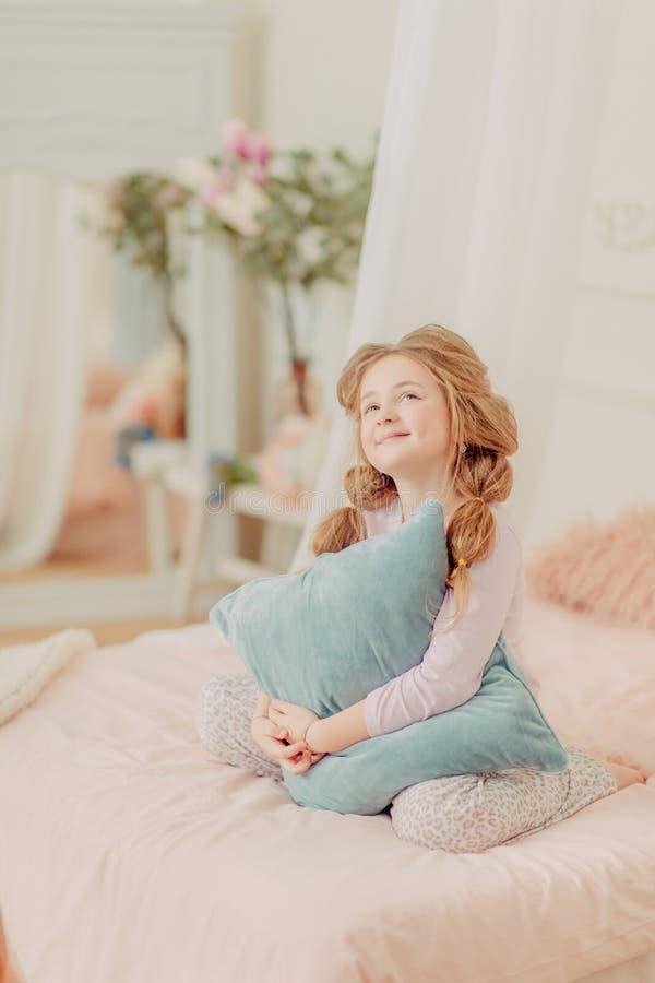 Rudzielec dziewczyny kędzierzawy bawić się obraz royalty free