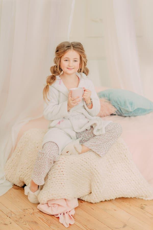 Rudzielec dziewczyny kędzierzawy bawić się zdjęcia royalty free