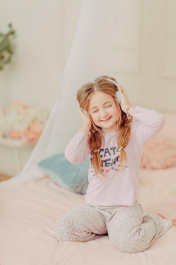 Rudzielec dziewczyny kędzierzawy bawić się obraz stock