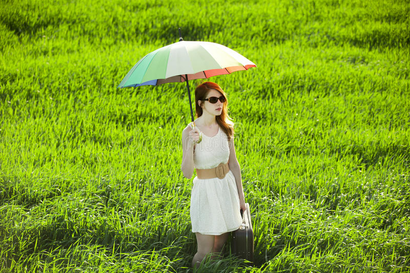 Rudzielec enchantress z parasolem i walizką przy wiosna krajem zdjęcie stock