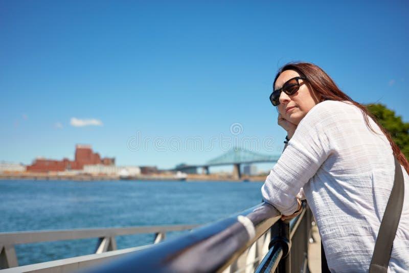 Rudzielec kobieta ogl?da sceneri? Montreal miasto i ?wi?tobliwa Lawrance rzeka na pogodnym letnim dniu w Quebec, Kanada fotografia royalty free