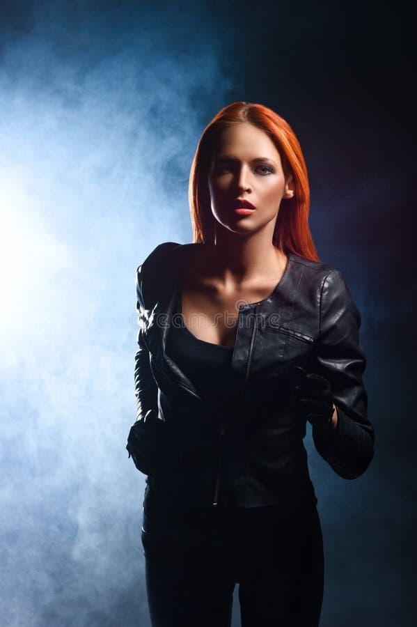 Rudzielec kobieta w czarnym rzemiennym jacke obraz stock
