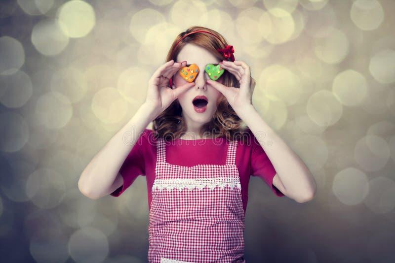 Rudzielec kobiety z ciastkami fotografia stock