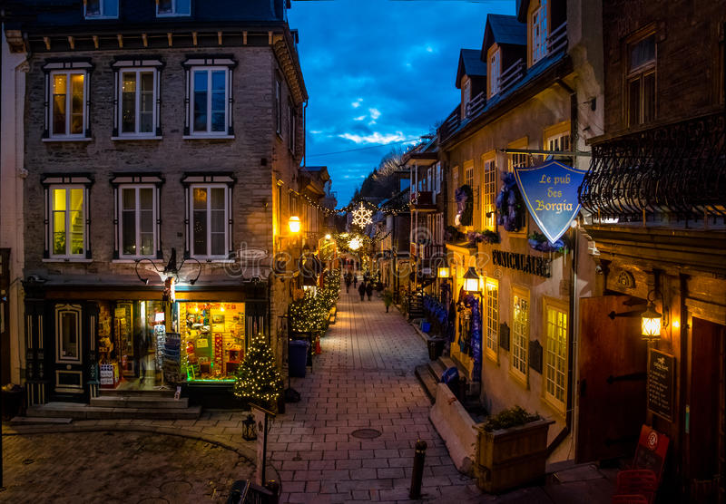 Rue为圣诞节在更低的老镇Basse-Ville的du小Champlain装饰的在晚上-魁北克市,魁北克,加拿大 免版税库存图片