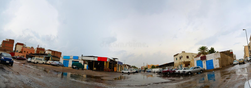 Rue à Jeddah à l'après-midi avec la forte pluie photo libre de droits