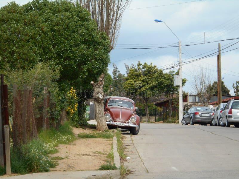Rue à la villa Alemana de ville chile Été, voiture de vintage images libres de droits