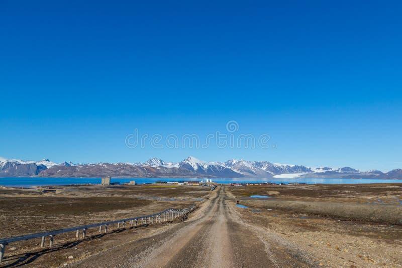 Rue à la ville de Ny Alesund, le Svalbard, le Spitzberg, ciel bleu images stock