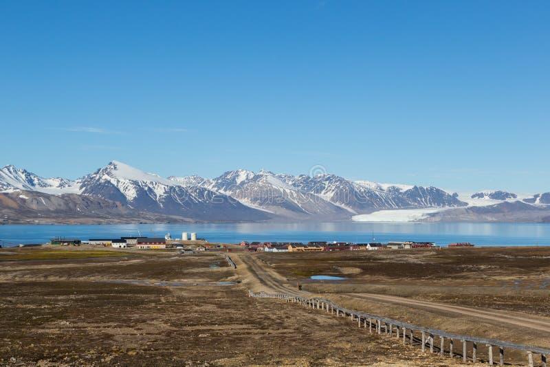 Rue à la ville de Ny Alesund, le Svalbard, le Spitzberg, ciel bleu photographie stock libre de droits
