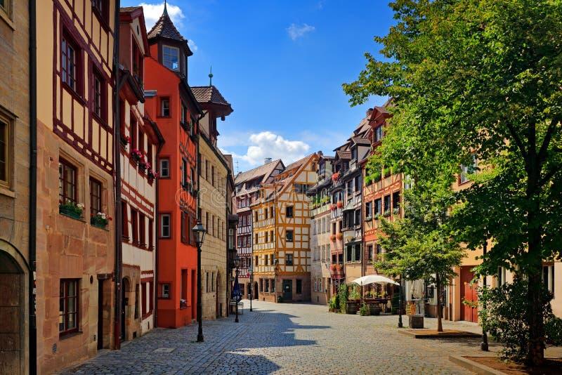 Rue à Nuremberg travail de Moitié-bois de construction sur la façade des bâtiments en bois dans la ville allemande de Nuremberg,  photo stock
